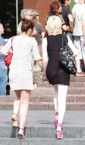 девушка в очень прозрачном на улице.фото